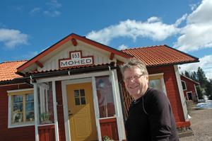 Sölwe Hansson i Marma njuter av att våren har kommit och ser fram emot att det ska knoppa i trädgården. I två års tid har banvaktarstugan Mohed varit Sölwes och hustrun Monicas hem.