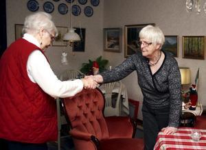 Ingrid Bergqvist (till höger) utsågs till årets eldsjäl 2009 i Hallsberg, bland annat för sitt arbete inom väntjänsten. Här hälsar hon på Irene Löwegren.