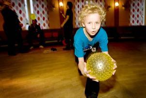 Cirkuskonster. Tobias Rosander fick lära sig olika  cirkuskonster när Unga örnar  i Hamrångebygden visade upp sina aktiviteter i Folkets hus.