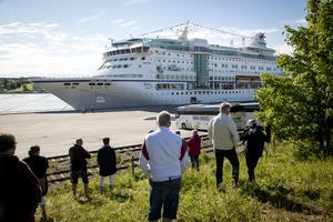 Många nyfikna hade samlats för att se när M/S Birka la till för andra gången i Härnösand i sommar.