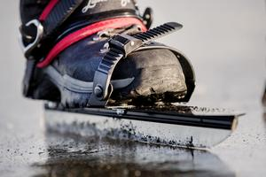 Långfärdsskridskor skiljer sig från vanliga skridskor med sin utformning för långa sträckor.
