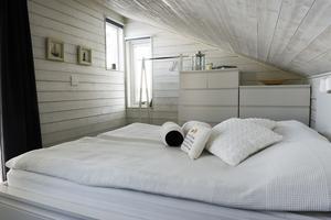Sovloftet i strandstugan har en enkel inredning från Ikea.