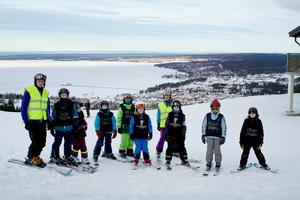 Ledaren Johan  Rosengren på toppen av Rättviksbacken tillsammans med eleverna i skidskolans svarta grupp.