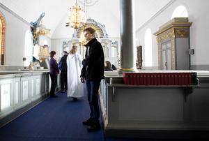 Henrik Johansson från Huse konfirmerar sig mest för att inte göra någon ledsen. Han är inte emot konfirmeringen men skulle ha tänkt annorlunda om önskemålet inte funnits inom familjen, berättar han efter söndagens gudstjänst i Häggenås kyrka.