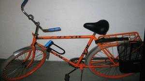 Stulen. I lördags stals Kenneth Norbergs cykel när den stod parkerad på Skomakargatan. Cykeln hade han målad i skarpt orange med svarta tribalmålningar, just för att den skulle sticka ut så pass att ingen skulle våga ta den.