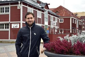 Markus Näslund sadlar om och blir husbyggare i Örnsköldsvik.