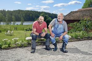 Plura Jonsson och Björn Christiernson sätter deltagarna på praktiska prov.