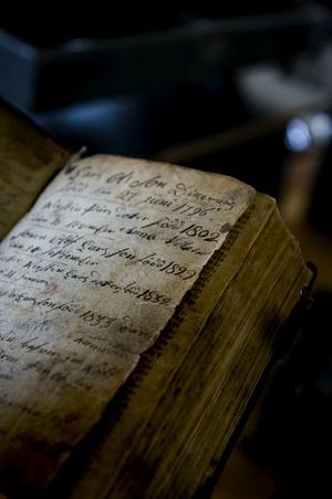 En åldersstigen bok som väntar på nytt omslag. Foto:Johan Solum