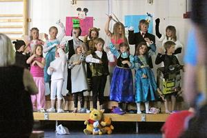 Sång och dans på Vemdalsskolan där klass F-2 klätt ut sig till Disneyfigurer och uppträdde på onsdagskvällen.