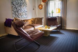 I vardagsrummet ska det vara bekväma möbler som man kan slänga upp fötterna i, tycker Mats Nordin.