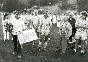 Mannen bakom verket, Bengt Bedrup, begåvades med en trolltavla, signerad Rolf Lidberg, vid ett besök i Medelpad. Förutom Bedrup känner vi bland spelarna igen Ulf Elfving, Bosse