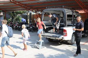 Skolbussen hämtar upp barnen varit dag för trygg resa till skolan.