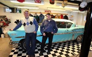 I Frank Göranssons garage vittnar allt om det stora bilintresset. Bilen av märket Ford Impala är en pärla och fler blänkande skönheter hoppas han och kollegan Christer Gustafsson på när Hot Rod Show återuppstår på Romme i maj. Foto: Johnny Fredborg