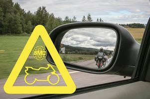 SMC och Motormännen delar ut sådana här klistermärken. Förhoppningen med dekalerna är att förare ska titta en extra gång i backspeglarna och tänka på att både motorcyklister och cyklister snabbt kan dyka upp på oväntade ställen.