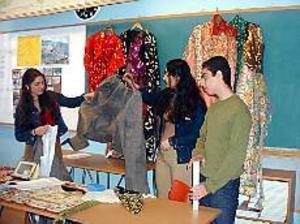 Foto: HANNA JANSSONKulturer möts på Murgårn. Shevin Hovak, Charmin Ali och Goran Habib visar kläder och berättar om Kurdistan.