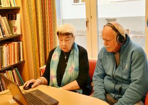 Hörseltest. HRF:s representant Eva Forss utförde hörseltest till Bertil Carlsson, som tyckte han hade god nytta av testet.