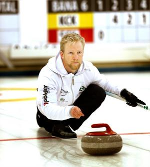 Niklas Edin är Sidensjökille i själen, men bor och tränar sedan flera år tillbaka i Karlstad. Här poserar han glatt tillsammans med den berömda