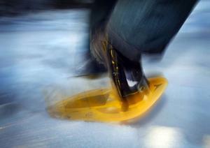 En bra snösko ska vara stadig att gå med och vara anpassad efter förhållandena. Bär du ryggsäck bör skon vara större.