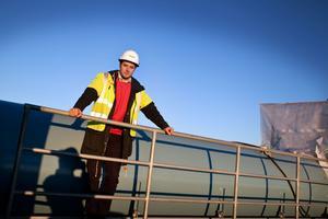Informationschef Jonas Andrén på plats högst upp på kraftverket.