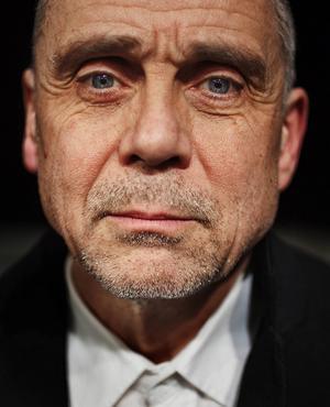 Regissören Peter Oskarson ger med