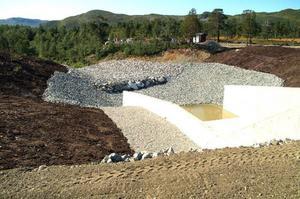 Det nya utskovet. Här ska vattnet forsa ut den dag dammreservoaren blir full och luckorna öppnas.