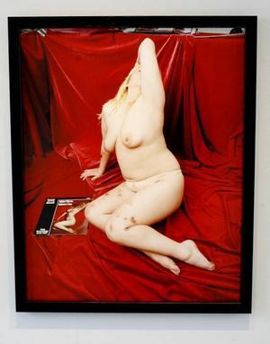 """Två av tio små kampbilder. Överst """"Man mot röd sammet"""" och därunder """"Kvinna mot röd sammet"""", inspirerad av Marilyn Monroe, en person som intresserar Elisabeth Ohlson Wallin. Bilderna finns utställda i Joe Hillgården till sista maj."""