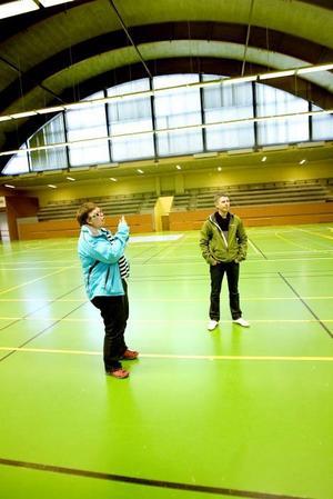 INNEBANDY. Brottsförebyggaren Lena Brodin och fritidsgårdsföreståndaren Jonas Jerfström hoppas att en drogfri innebandyturnering på Valborgsmässoafton ska locka många av Sandvikens unga till Jernvallen.