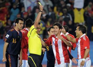 Det är en händelsefylld andra halvlek. Här får Alcaraz i Paraguay gult kort.