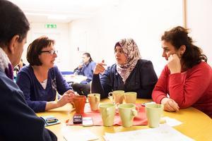 Safa Abouzid (i mitten) studerar svenska på Röda korset och besökte språkkaféet tillsammans med sin klass.