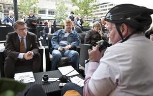 Positiv respons. Göran Hägglund lyssnar när Staffan Örneland, ordförande i HSO i Örebro län, berättar vad han tycker om förslaget att skapa 10000 jobb riktade till funktionshindrade. BILD:HÅKAN EKEBACKE