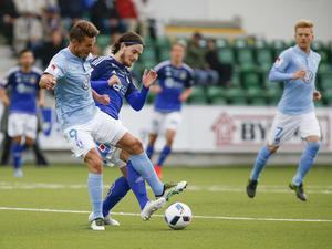 Malmös Markus Rosenberg snor åt sig bollen från Robin Tranberg.