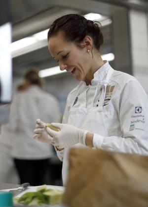För en månad sedan tävlade Frida Bäcke individuellt i VM och vann en silvermedalj, och för två år sedan tog hon silver i VM med kocklandslaget.