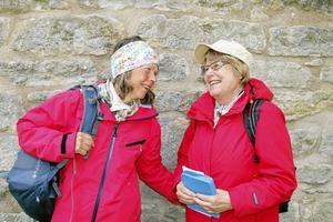 Vandrare. Kompisarna Gunborg och Ulla Johansson gick pilgrimsvandring från Viby till Riseberga kloster.