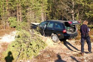 Bilen totalförstördes efter färden in i en vägtrumma och sedan in i ett träd.  Foto: Carin Selldén