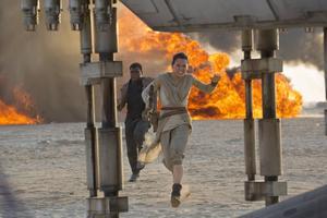 Daisy Ridley som Rey och John Boyega som Finn i