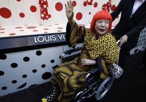 Yayoi Kusama är i dag 86 år gammal och orkar inte längre resa så mycket. 2012 sågs hon dock på en pressvisning för modeföretaget Louis Vuitton som hon samarbetade med. Arkivbild.