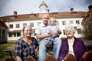 Fyra generationer och alla har de gått (går) i Hybo skola: från vänster Ewa Larsson, Peter Larsson med lille Max Krook i famnen och Göta Westin.