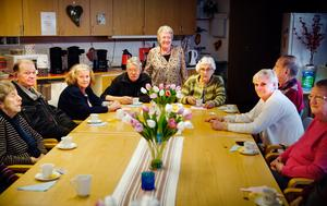 Fyra fikagrupper med tre kvinnor i varje ser till att det finns kaffe, bulle och kaka varje onsdag för de boende i Bergvik.