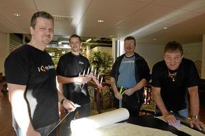 Förbereder skyltsöndag. Här är några av Handelshusets företagare: Magnus Gräsberg, Neonex, Stefan Östman, Kårstahult bygg, Tommy Widing, Låsprofilen, och Johnny Andersson, Tryckdekor.