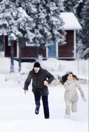 Singsjön i slutet av januari i år: Kameran är på och framför den finns George Clooney och Irina Björklund.