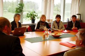 Kerstin Ederlöf Olofsson berättar om Härjedalens kommun för besökarna. Foto: Carin Selldén