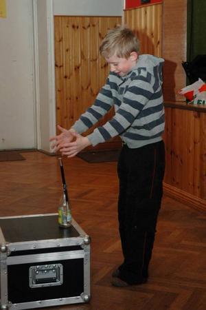 Anton Wahlgren, 7 år, Örbyhus, gör tricket med staven som åker upp och ned i flaskan.