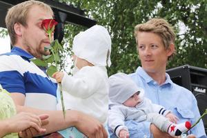 Davik Kråik med dottern Stina och Kalle Vertergård med sonen Nils.
