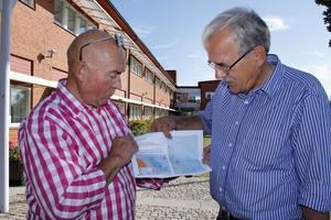Roland Larsson och Rune Karlsson i Framtid Älmsta pekar ut gränserna för försvarets samrådsområde.