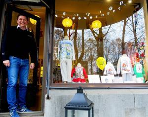 Mikael Delin har öppnat en butik med babykläder på Norra Kungsgatan. Allt är prytt med motiv från kända konstnärer och illustratörer, Lasse Åberg, Rolf Lidberg, Inger och Lasse Sandberg.
