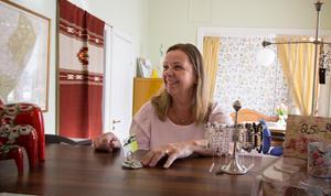 Välkommen till Långshyttan, hälsar Carina Wåhlin i hotellets reception.