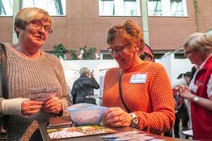 Berit Edfeldt från Valla till vänster tänker gå med i PRO, och hon tyckte att hon fick bra information av Helvi Niemi i PRO-montern.