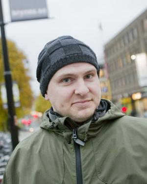 Markus Unogård, 32 år, illustratör, Gävle:– Som bilist tycker jag att det är skönt och jag tror att det är bra för stan och butikerna. Man har ju hört talas om centrum som dött i andra städer. Som cyklist har jag inte märkt så stor skillnad trots att jag cyklar dagligen.
