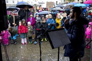 Daniel Riazat (V) höll tal och sade att han kämpar såväl som politiker som privatperson för de utvisningshotade barnen.