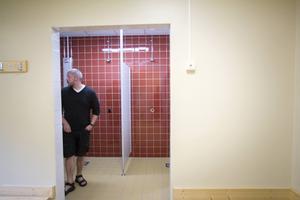 Kommunens tekniske chef Lars Ståhl kikar runt i omklädnings- och duschrummen.